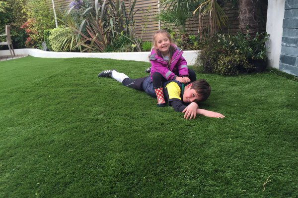 Kids-play-on-artificial-grass